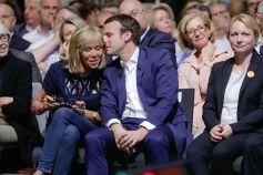 Emmanuel-Macron-et-sa-femme-Brigitte-Trogneux-durant-le-premier-meeting-du-rassemblement-En-Marche_exact1024x768_l